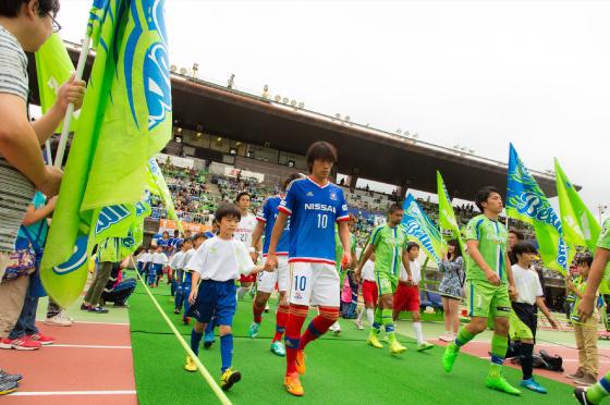 選手入場のエールフラッグは、お客様と一緒に湘南電力スタッフも参加しました!