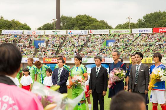 両チームのキャプテンと主審の方に花束贈呈。