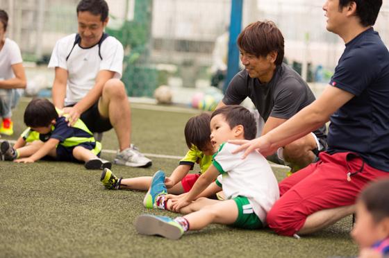 プログラムは、柔軟体操(ストレッチ)、ボールを使って遊びを取り入れた事前運動の後に、 保護者の方とお子さんが手をつないでのゲームなどを行いました。