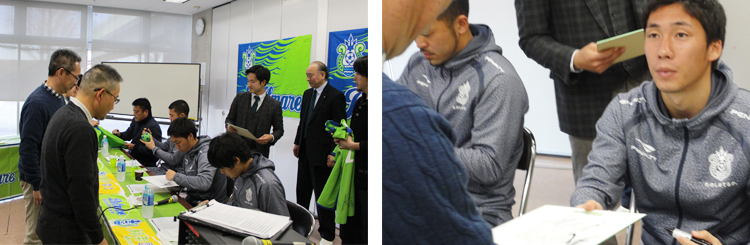 参加者の皆さんは、監督や選手からサインをもらったり、一緒に写真を撮ってもらったりして、交流を深めていました。